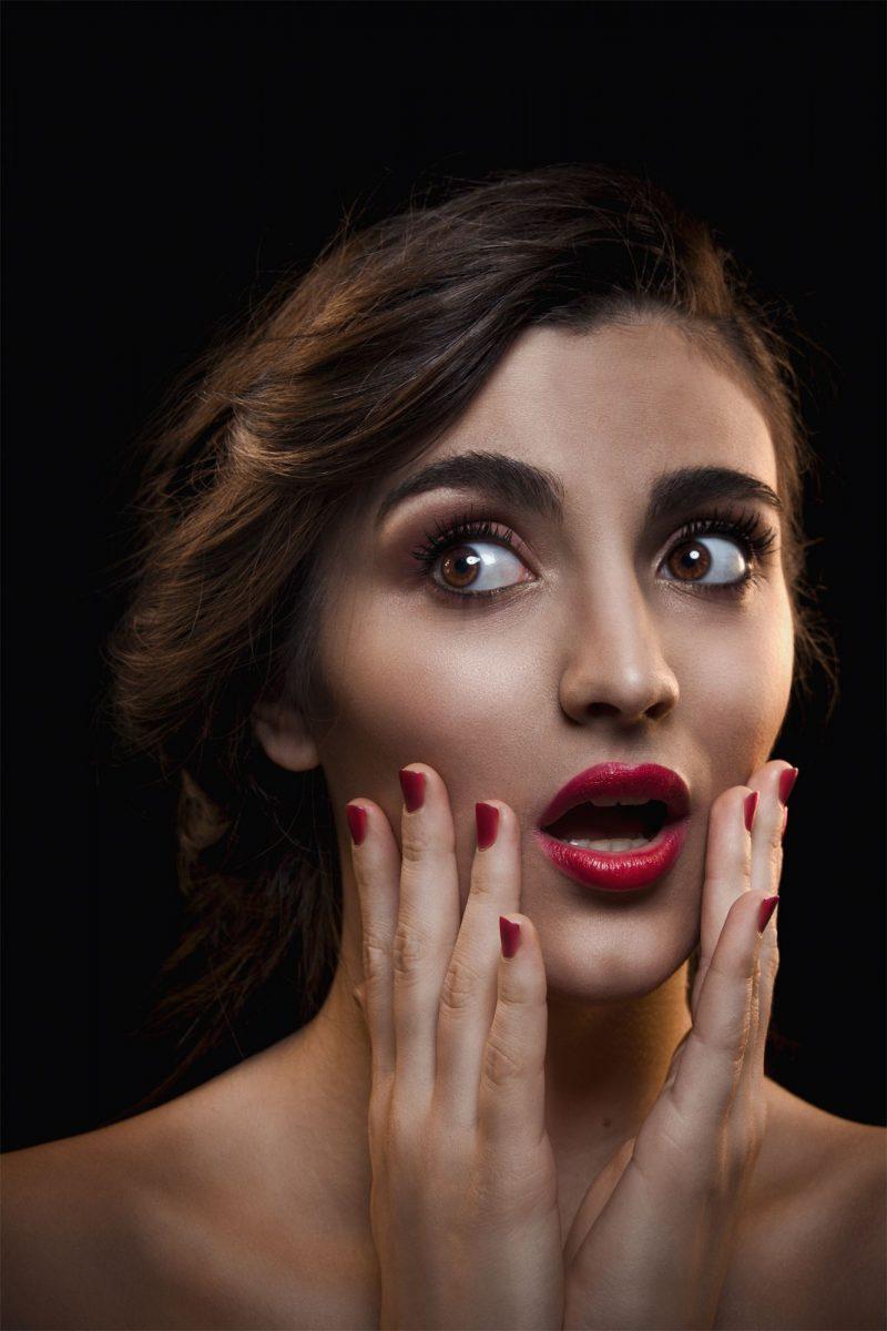 Portraitaufnahme einer Frau mit roten Nägeln und Lippen für mein Portfolio
